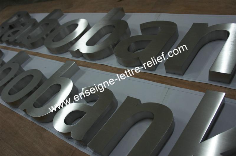 En inox brossé, nos enseignes lettrage relief sont fabriquées au souhait du client, et peuvent offrir une tenue optimale en extérieur ou intérieur