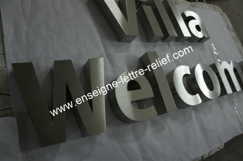 En inox brossé, nos lettres relief pour enseignes sont fabriquées au souhait du client