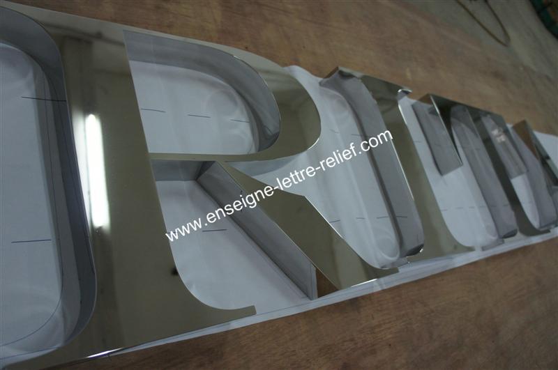 En inox poli miroir, nos lettres reliefs pour enseignes sont fabriquées au souhait du client